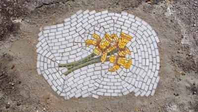 Mosaicos com flores feitos nos buracos das ruas (6)