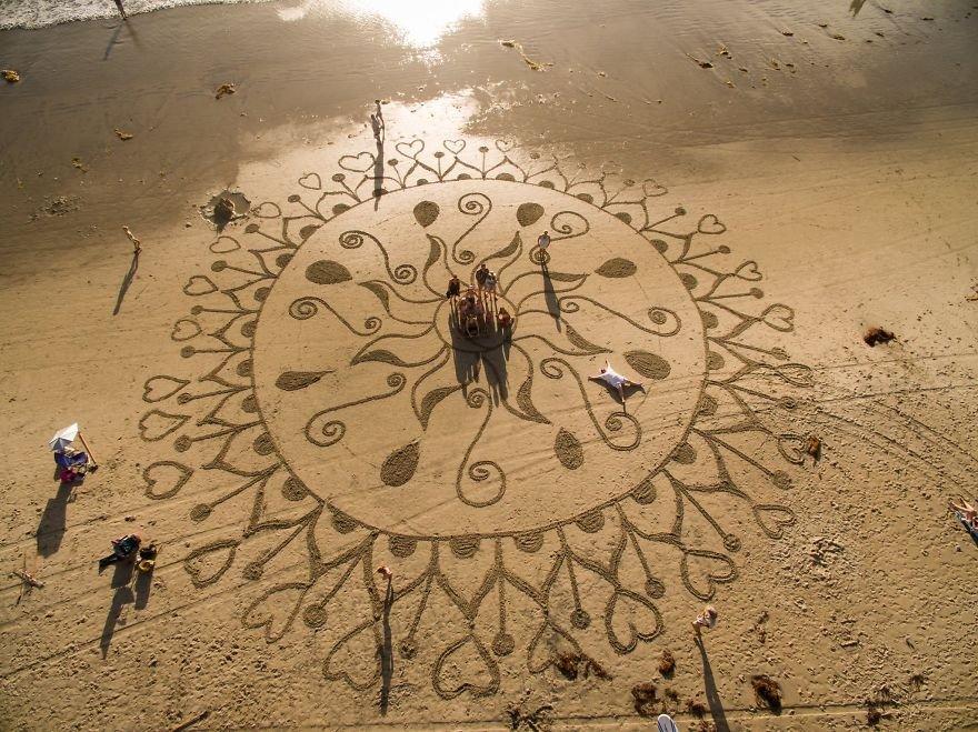 Desenhos imensos feitos na areia (5)